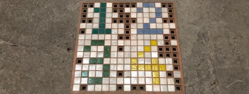 Ein Mosaikraster mit Mosaik. Das Mosaik bildet die Zahlen eins bis vier ab.
