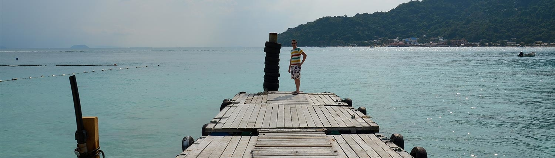 Mann auf Anlegesteg für Boote auf den Perhentian Islands
