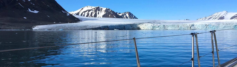 Spitzbergen von einem Boot aus betrachtet Eisberg